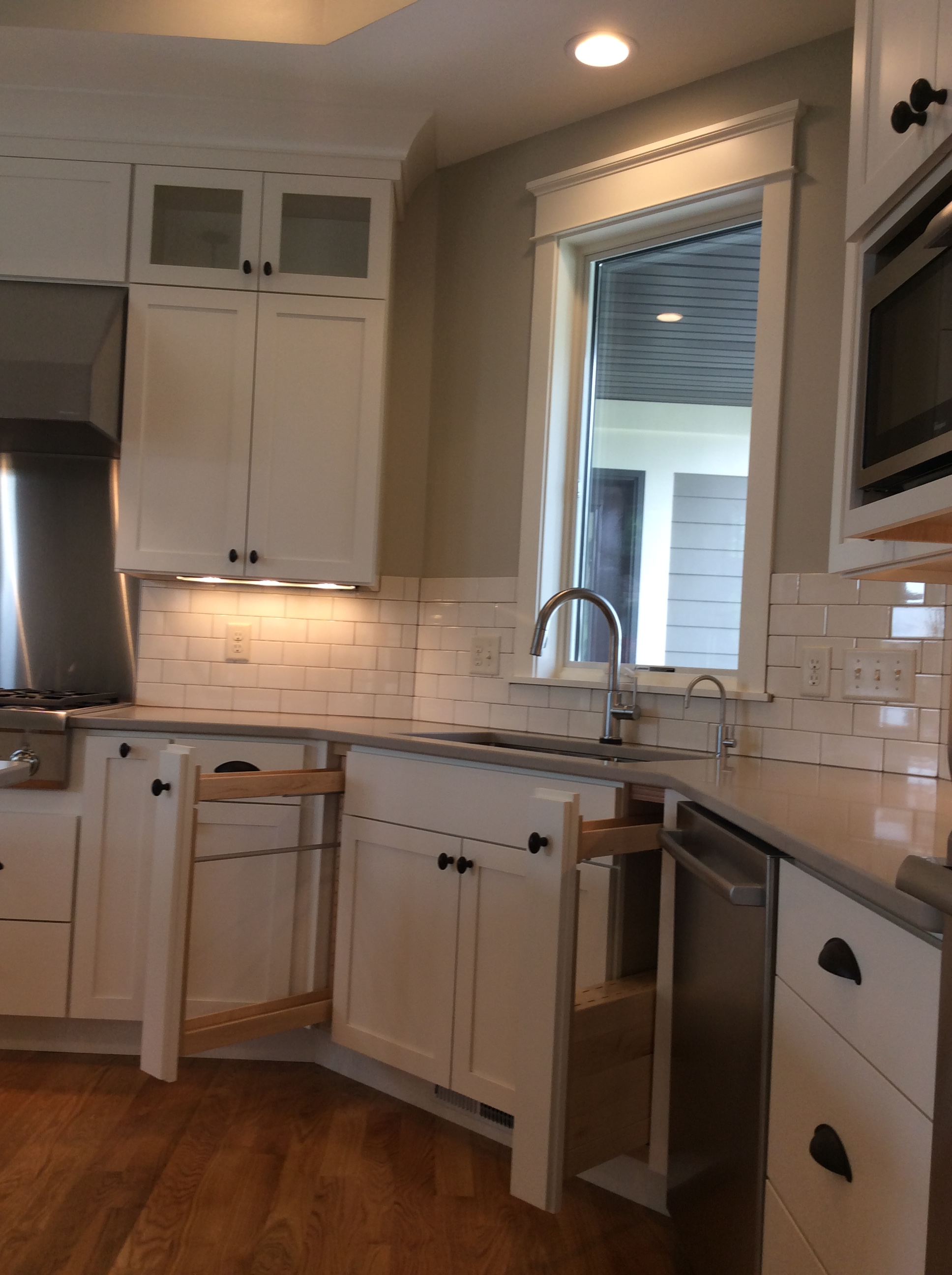 White kitchen cabinets for a cleaner look cabinet style for Kitchen cabinet contractor